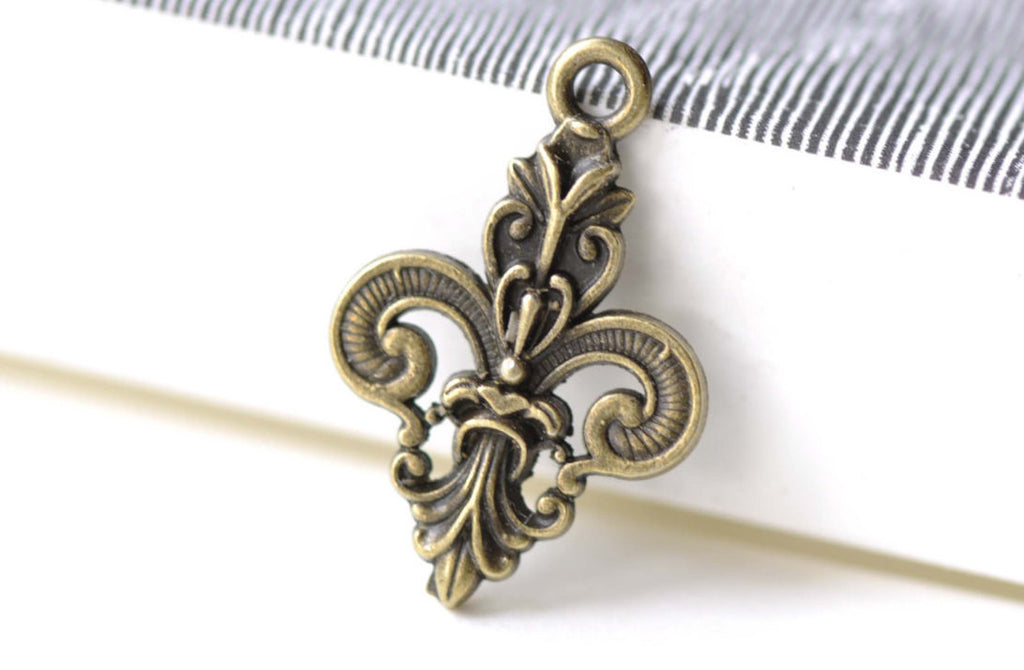Antique Bronze Fleur de Lis Royal Charm Pendants Set of 20 A8230