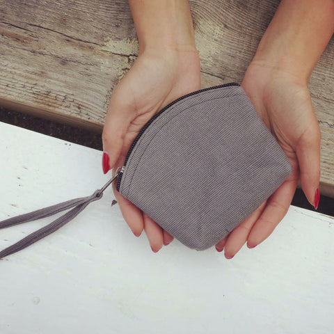 Diuso vegan coin purse in model's hands