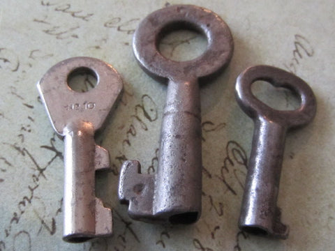 Steampunk supplies - Skeleton Keys - Vintage Antique keys - Barrel keys - d19