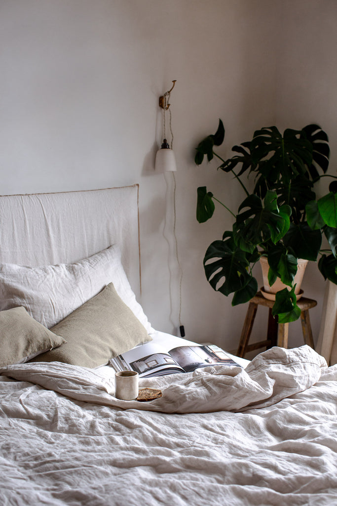 biophilic natural bedroom decor with linen and plants