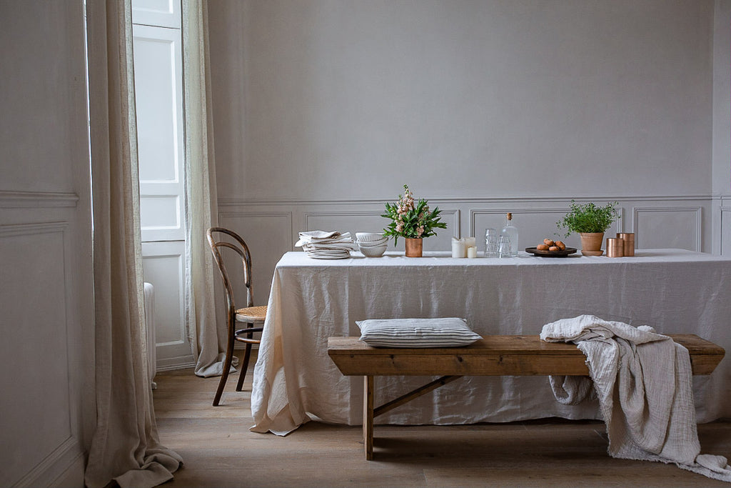 natural delicate dining room decor with wood and linen