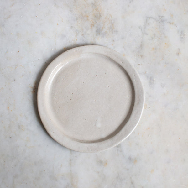 HAND FORMED CAKE PLATE IN OFF-WHITE