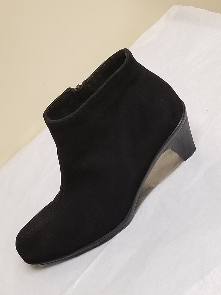 LaCanadienne black suede ankle boots, size 9