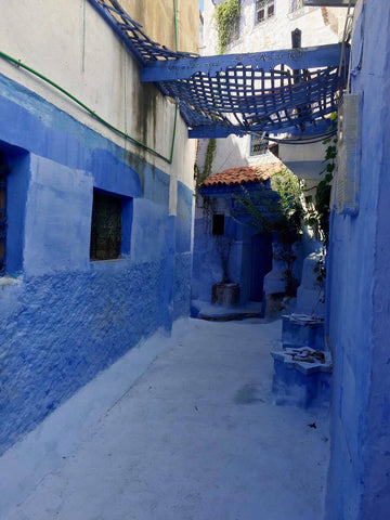 the architecture of old medina of chefchaouen is basic and very earthy, influence of amazigh and moorish architecture.