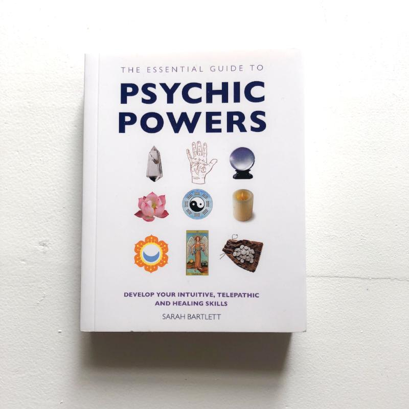 THE ESSENTIAL GUIDE TO PSYCHIC POWERS - SARAH BARTLETT