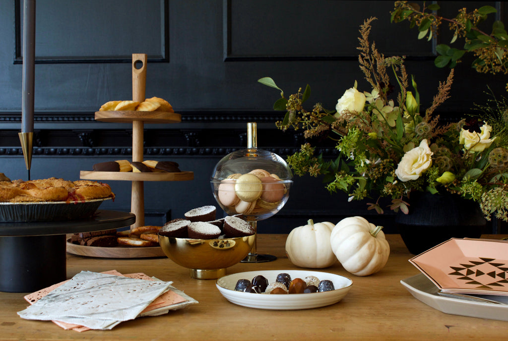 modern friendsgiving table inspiration