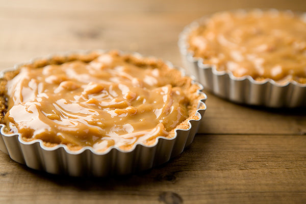 Spread the caramel over the biscuit base