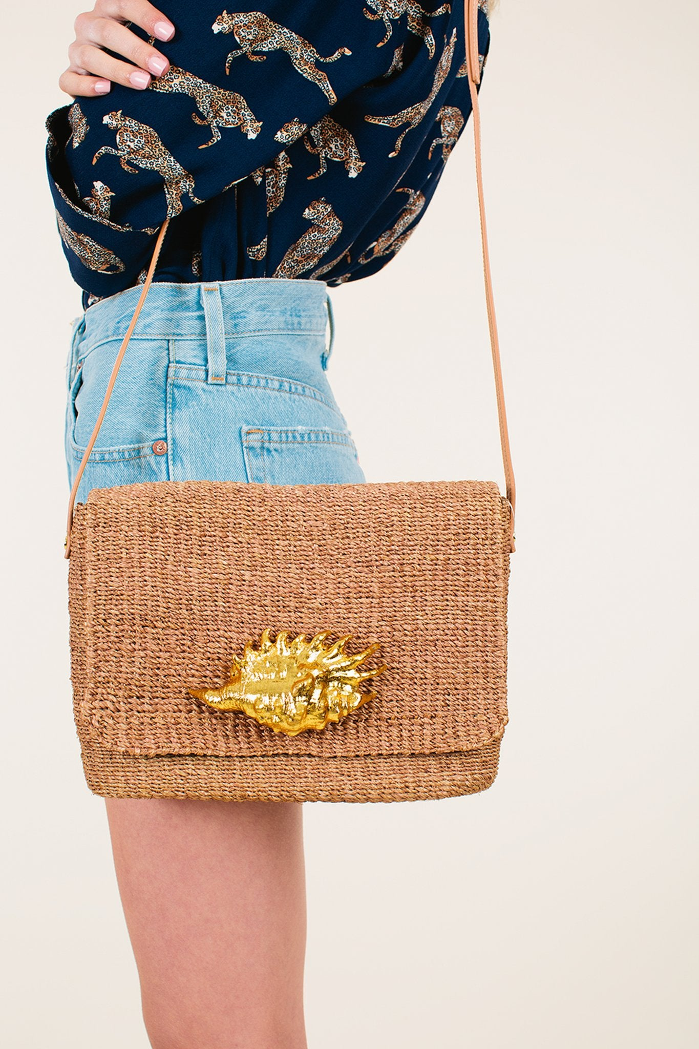 Juse Female Welis Shirt, Aranaz Bag, Levis 501 Shorts