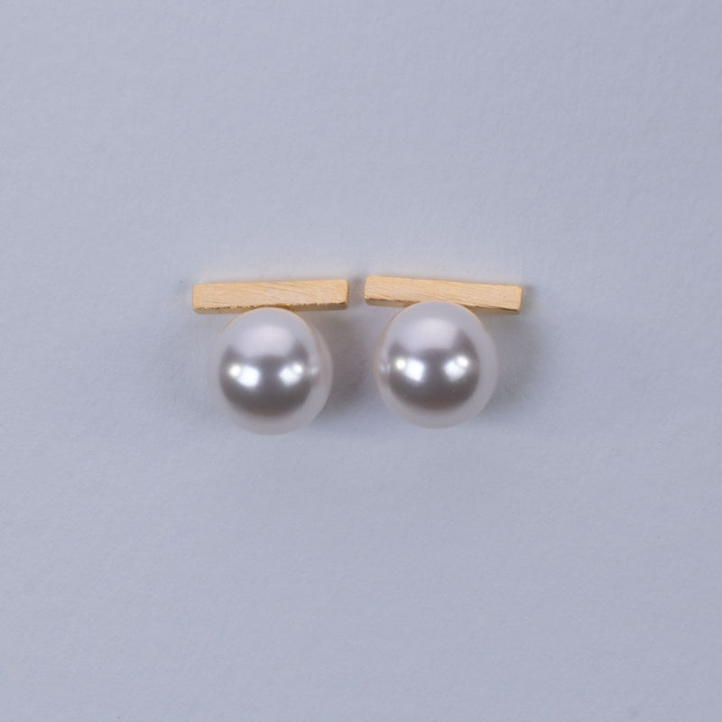 Bar with fresh water pearl earrings