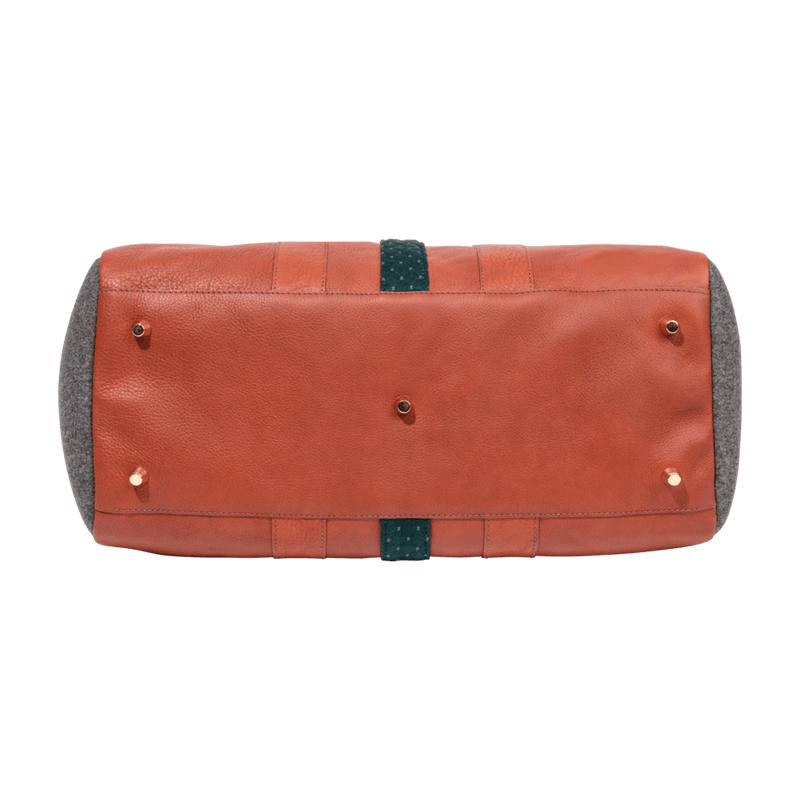 monte-and-coe-cognac-leather-weekender-bag-bottom