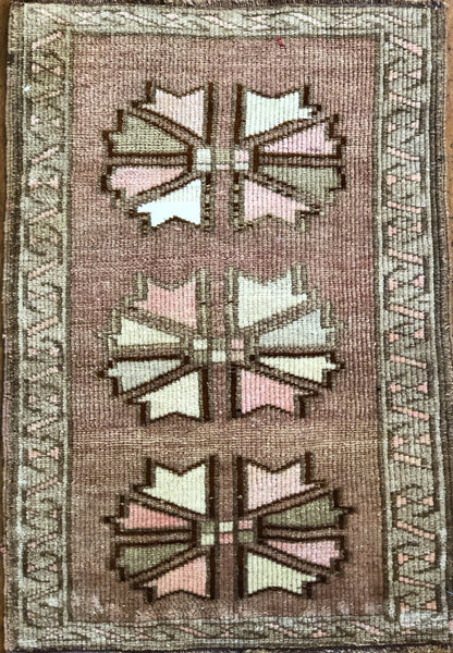 "Rug B10962 Vintage Turkish Rug (24"" x 34"")"