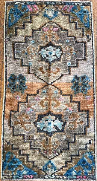 "Rug B14340 Vintage Turkish Rug (19"" x 38"")"