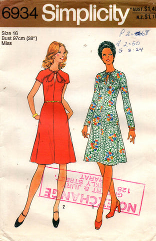 simplicity 6934 keyhole dress 70s