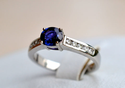 016 18k colour change blue sapphire ring