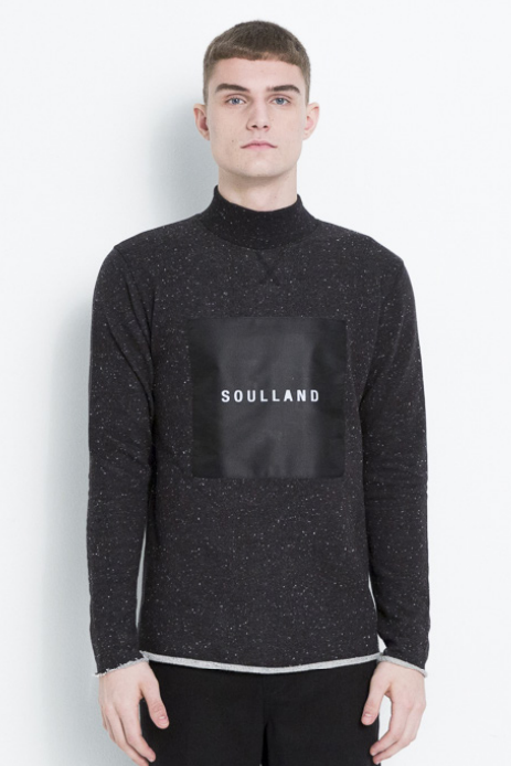 RIPPED TURTLENECK SWEATSHIRT W.SOULLAND LOGO PATCH PATCH & RIPPED EDGES IN BLACK W.SLUBS