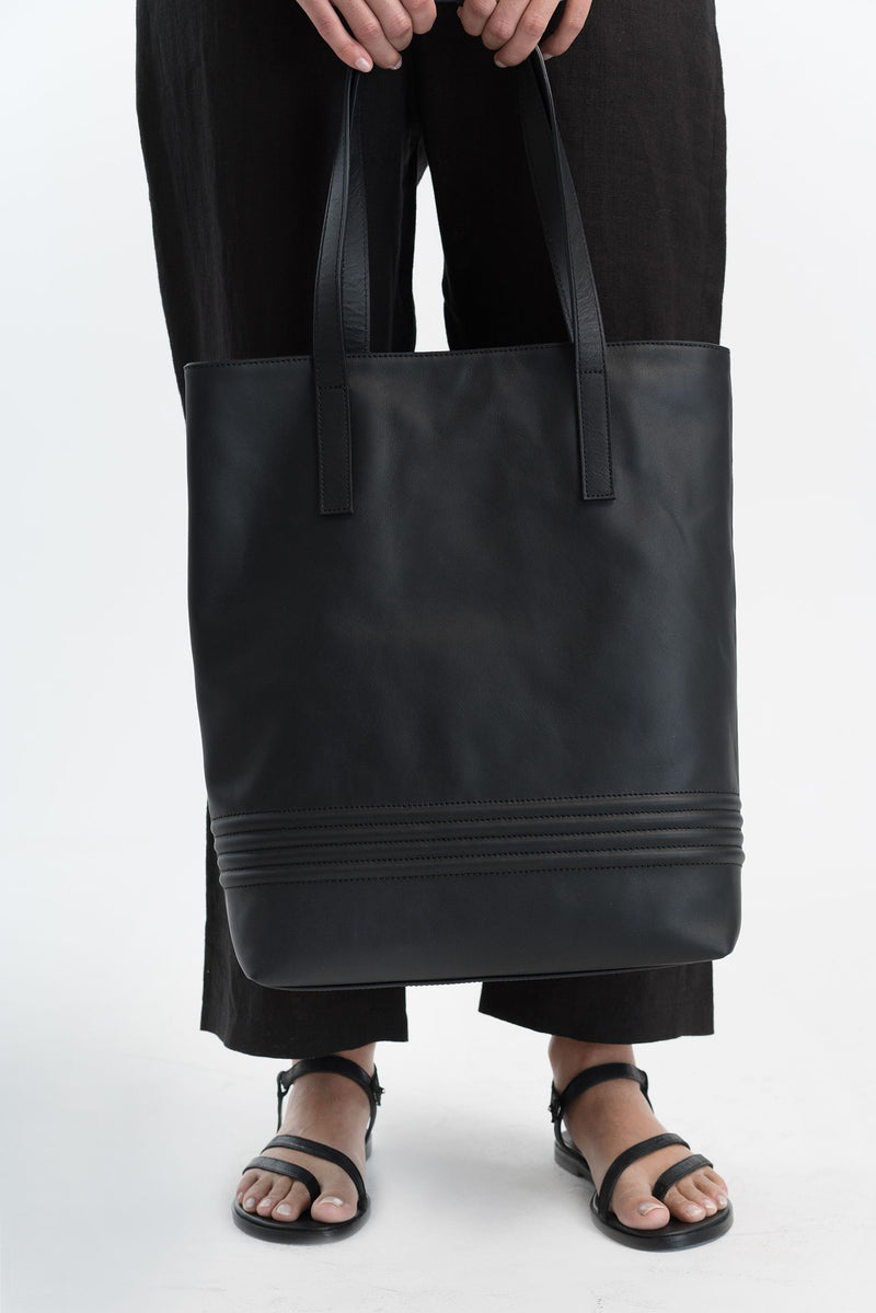Marcellamoda-Black-Italian-Leather-Bag-Close-Up-Feet