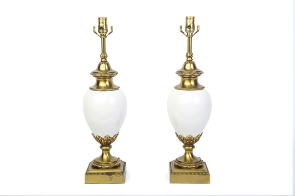 Chic Pair Of Hollywood Regency White Ceramic And Brass Lamps By Stiffel