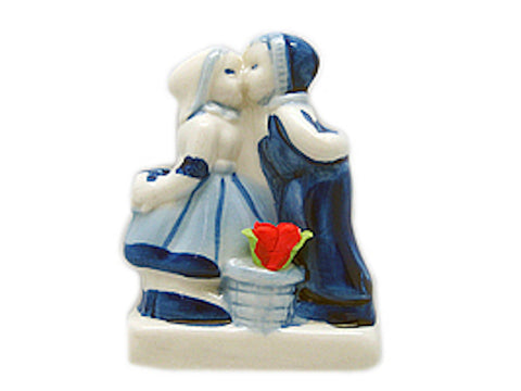 Delft Blue Kiss Novelty Magnet with Tulips - DutchNovelties  - 1