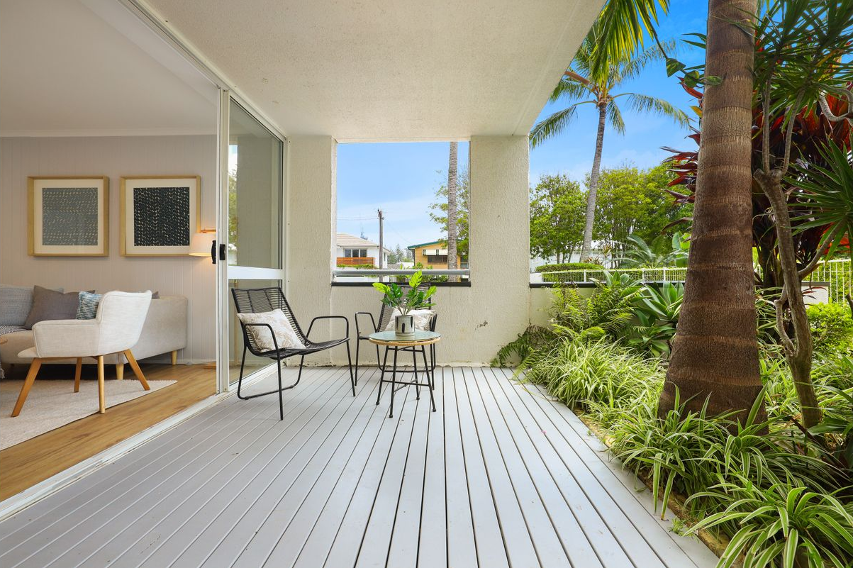 presale-property-styling-mermaid-beach-qld-outdoor-casual-seating