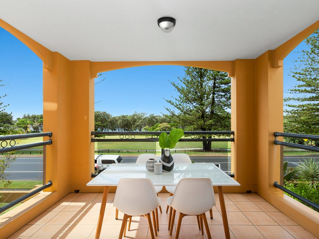 property-styling-kingscliff-balcony-outdoor-dining