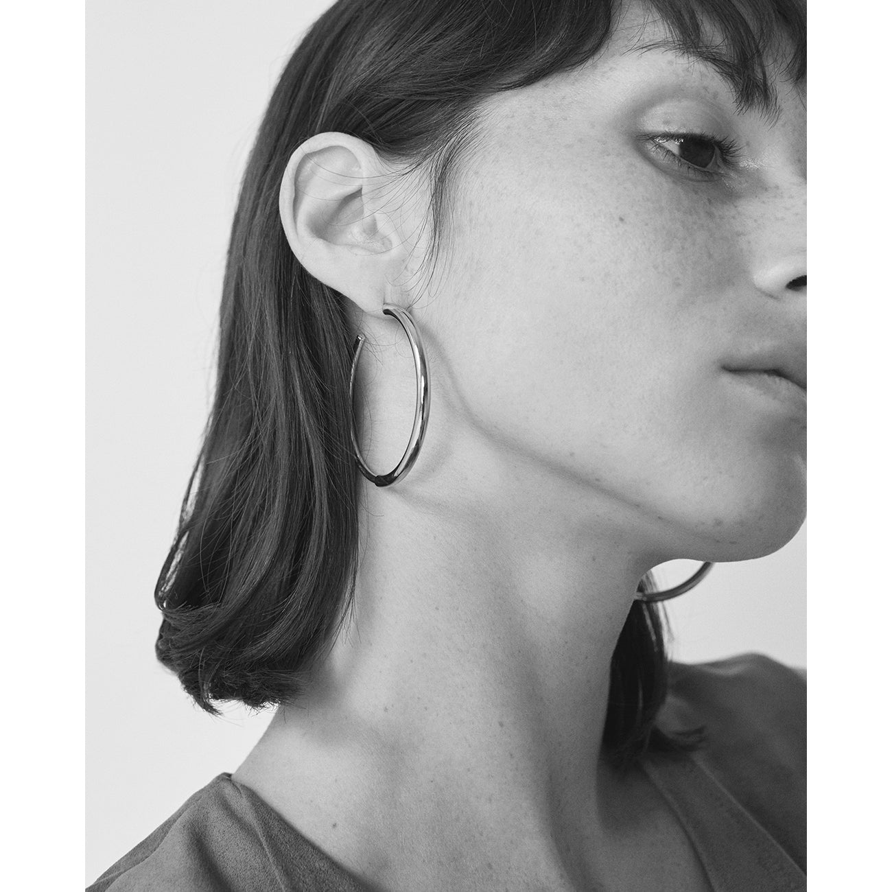 Lola Hoop Earrings in White JENNY BIRD qSH8Vklo