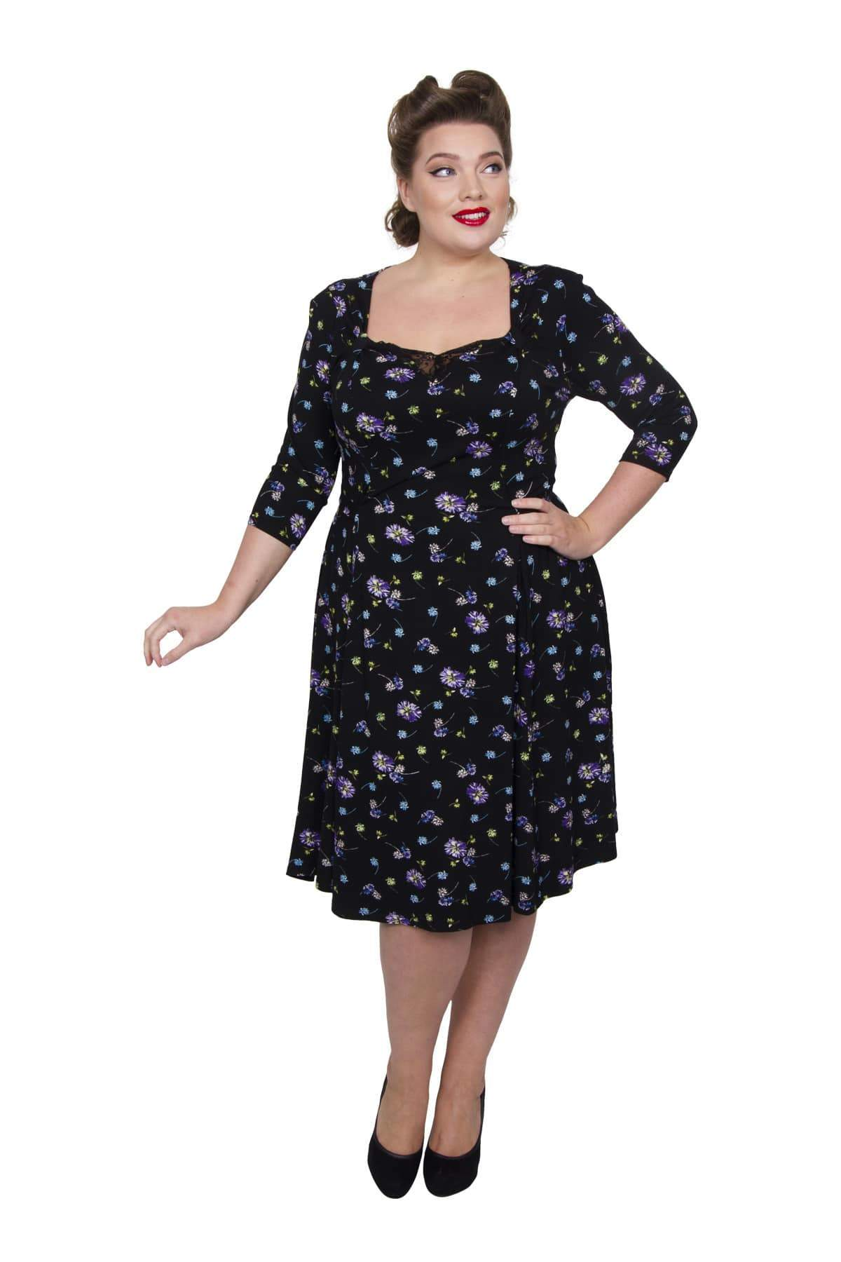 1940s Plus Size Fashion: Style Advice from 1940s to Today Daisy Print Sweetheart Tab 40s Dress - BLKLILWHT  14 �60.00 AT vintagedancer.com