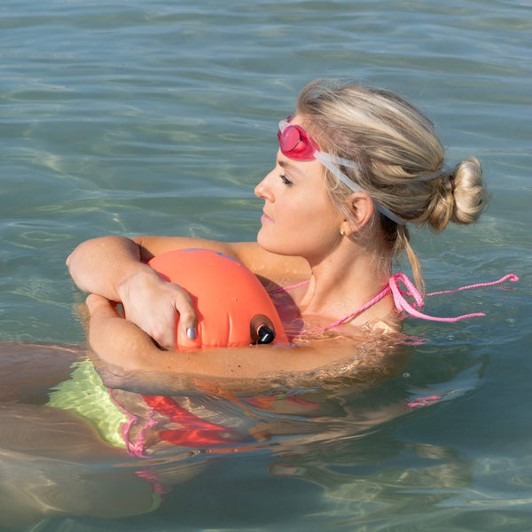 woman manequin swiming and holding a Swim Buoy - New Wave Open Water Swim Buoy - Medium (15 Liter) - PVC Orange