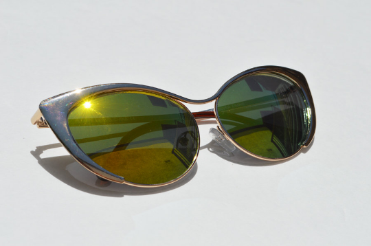 Cat eyes Sunglasses in Gold Metallic slant view
