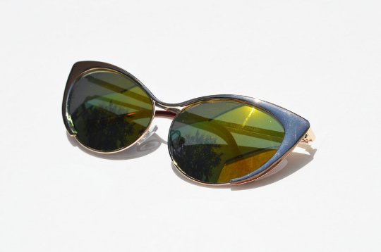 Cat eyes Sunglasses in Gold Metallic side view