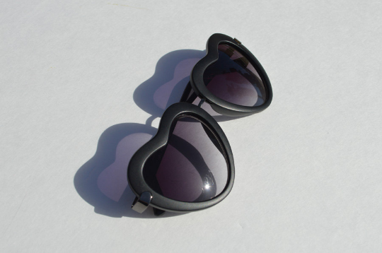 Heartshape Sunglasses in black side view