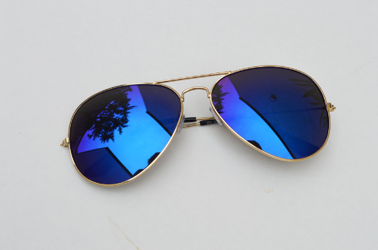 Aviator sunglasses in blue side  view