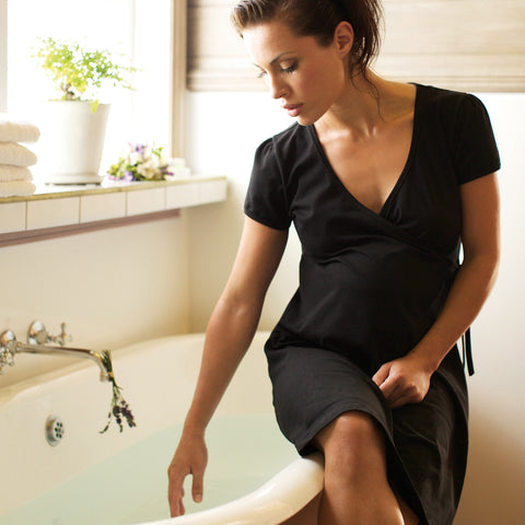 Womama Birthing Wrap relaxing black dress