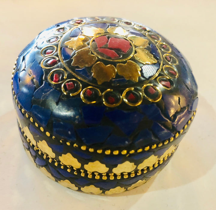A SET OF THREE ROUND SHAPED NATURAL STONES BOXES