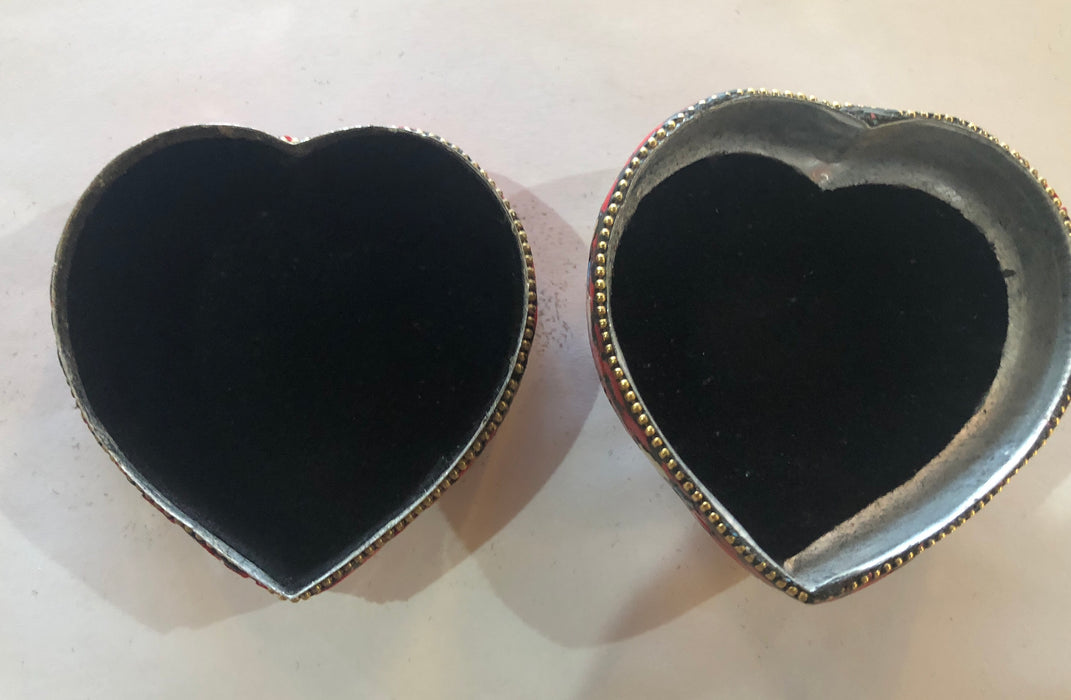 A SET OF THREE HEART SHAPED NATURAL STONES BOXES