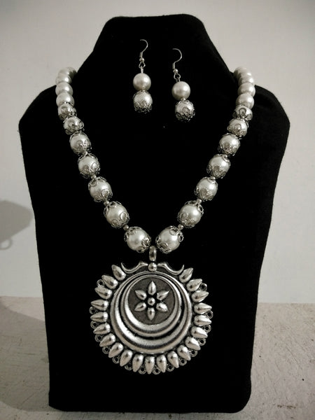 Beautiful Silver Necklace with white Pearls