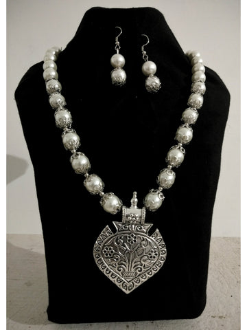 Beautiful Silver Necklace with white Perals