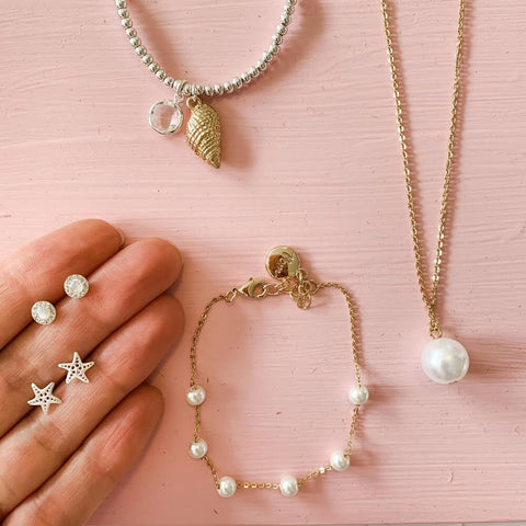 Gold Necklace with White Pearl