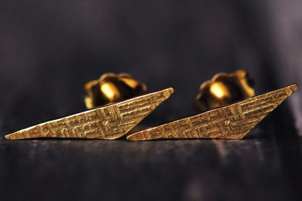 14k yellow gold vermeil triangle crosshatched stud earrings