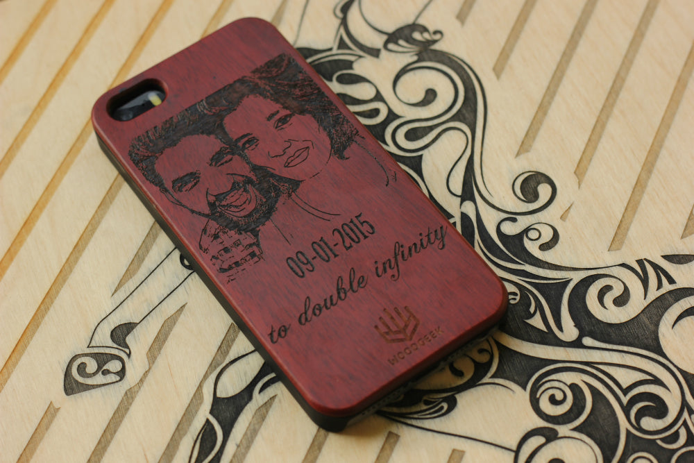 Custom Engraved wooden phone case with couple image - Woodgeek Store