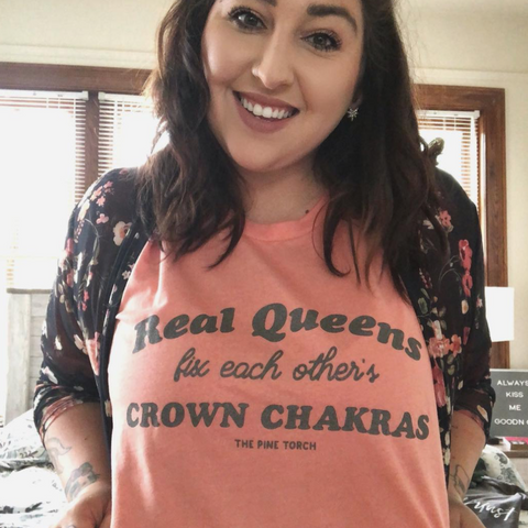 « REAL QUEENS FIX EACH OTHER'S CROWN CHAKRAS » CHARCOAL SHIMMER ON SUNSET UNISEX TEE