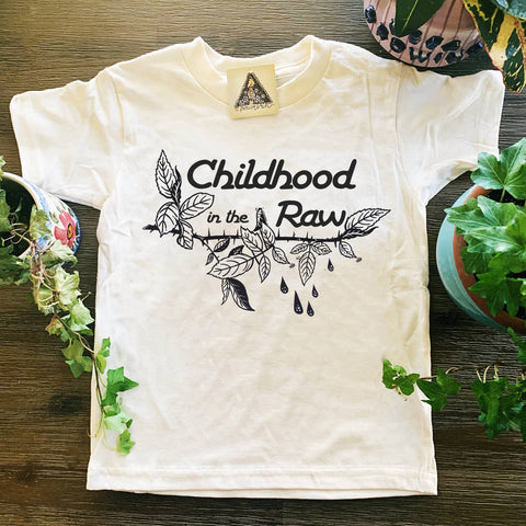 « CHILDHOOD IN THE RAW » KIDS TEE
