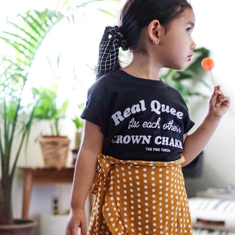 « REAL QUEENS FIX EACH OTHER'S CROWN CHAKRAS » KID'S TEE