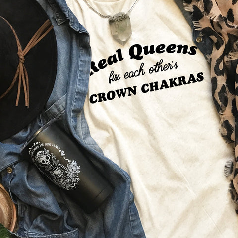 « REAL QUEENS FIX EACH OTHER'S CROWN CHAKRAS » CREAM, GRAY or BLACK UNISEX TEE