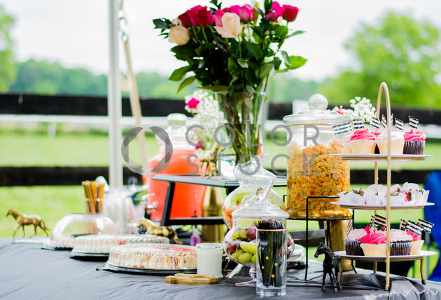 Table decoration with flowers on raceday