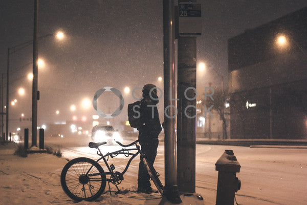 Man waiting for the bus in a blizzard, Brandon Nesbitt - Colorstock: diverse stock photos