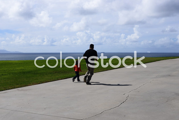 Child and father running - Colorstock™  © PorterhouseLA  - diverse stock photos