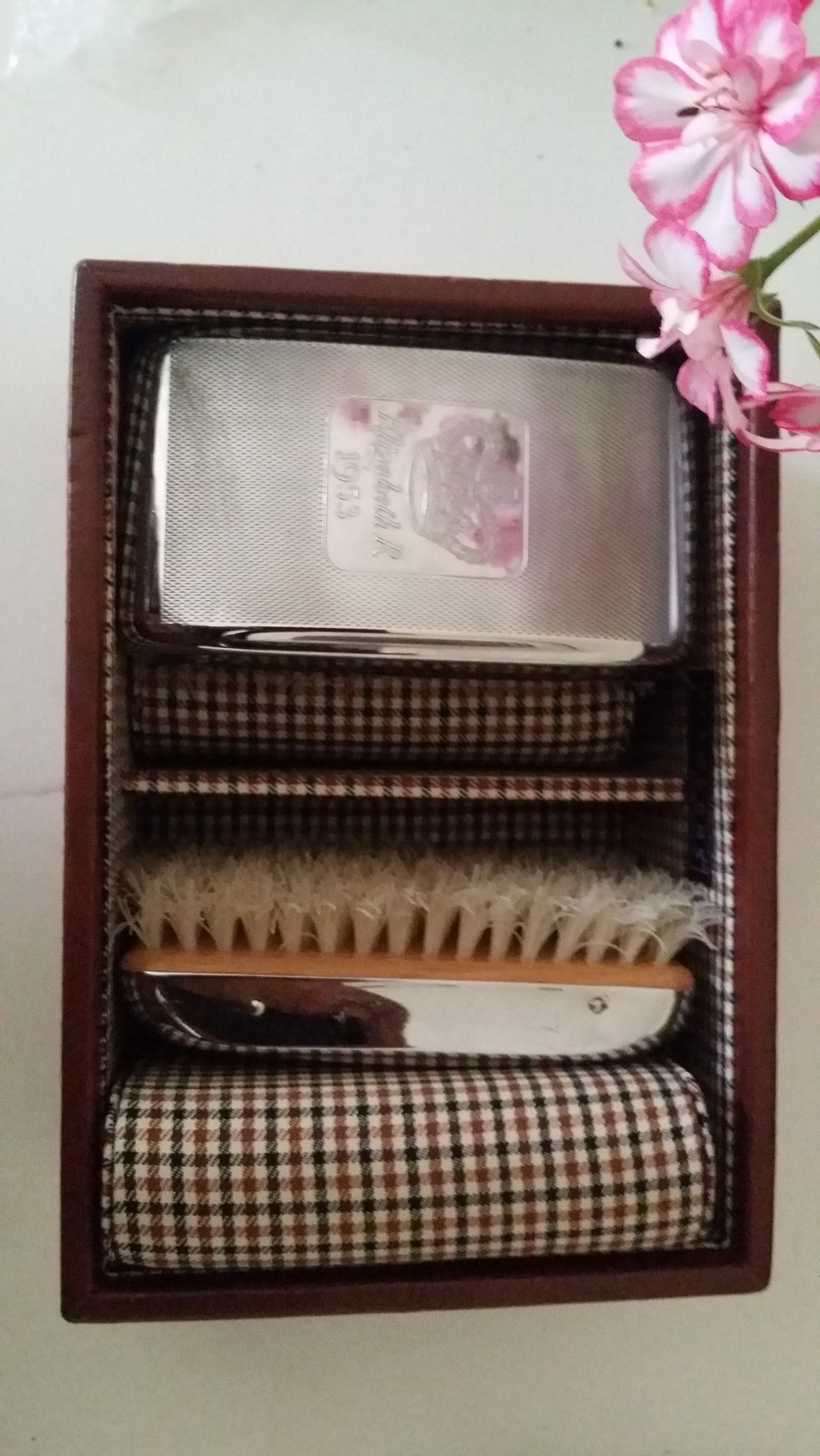 AUCTION!: Celebrating The Queens coronation clothes brushes