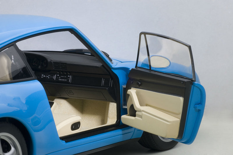 Porsche 993 | 1:18 Scale Model Car by AUTOart | Passenger detail