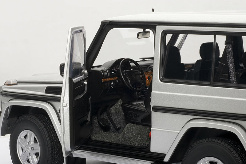 Mercedes-Benz G500 SWB (1998) | 1:18-Scale Diecast Model Car by AUTOart | Left Interior
