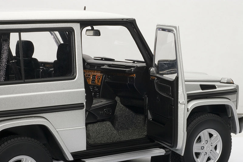 Mercedes-Benz G500 SWB (1998) | 1:18-Scale Diecast Model Car by AUTOart | Right Interior